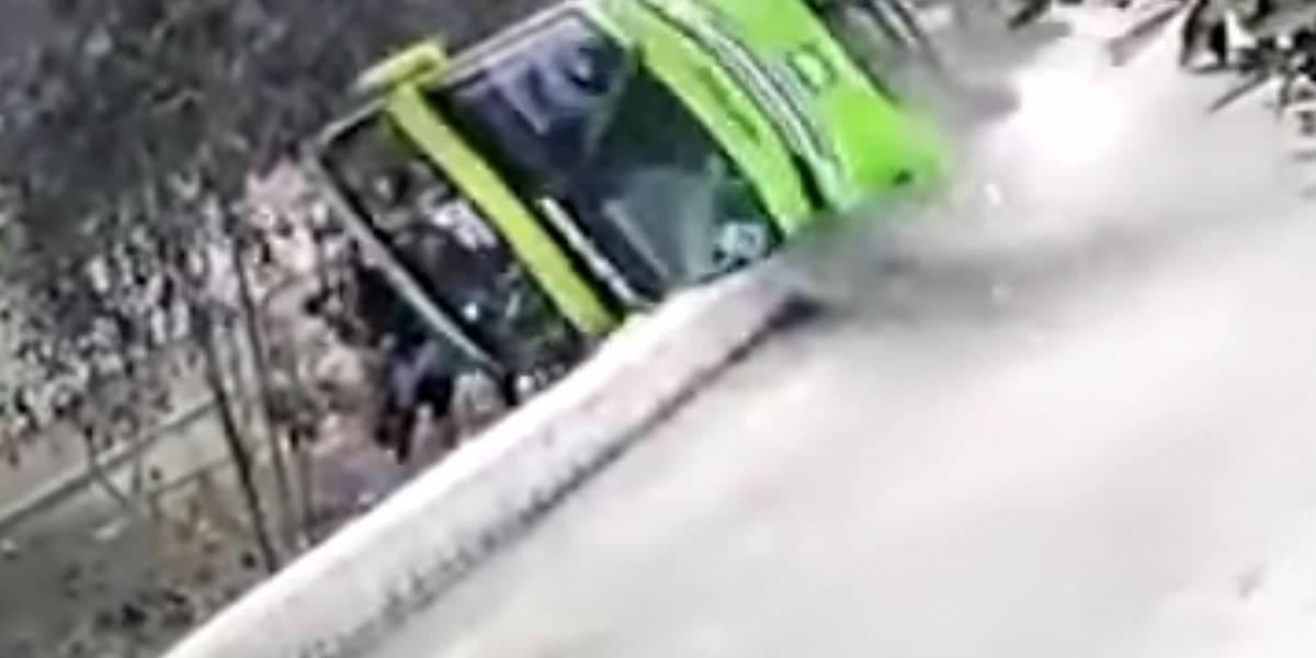 Graban dramático momento en el que un bus turístico cae de un cerro