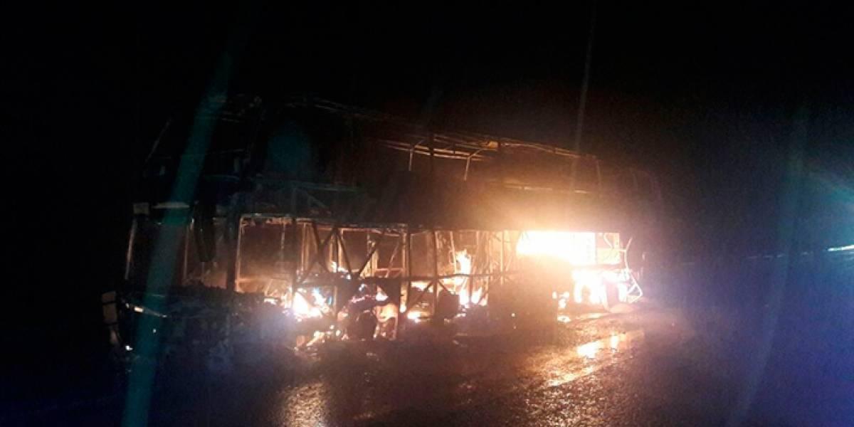 Sujeto le prende fuego a un autobús que se dirigía a Guadalajara