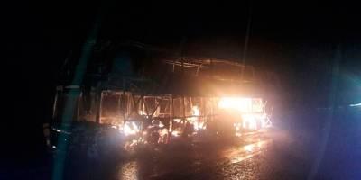 Pasajero incendia camión en Michoacán y se encierra para morir calcinado