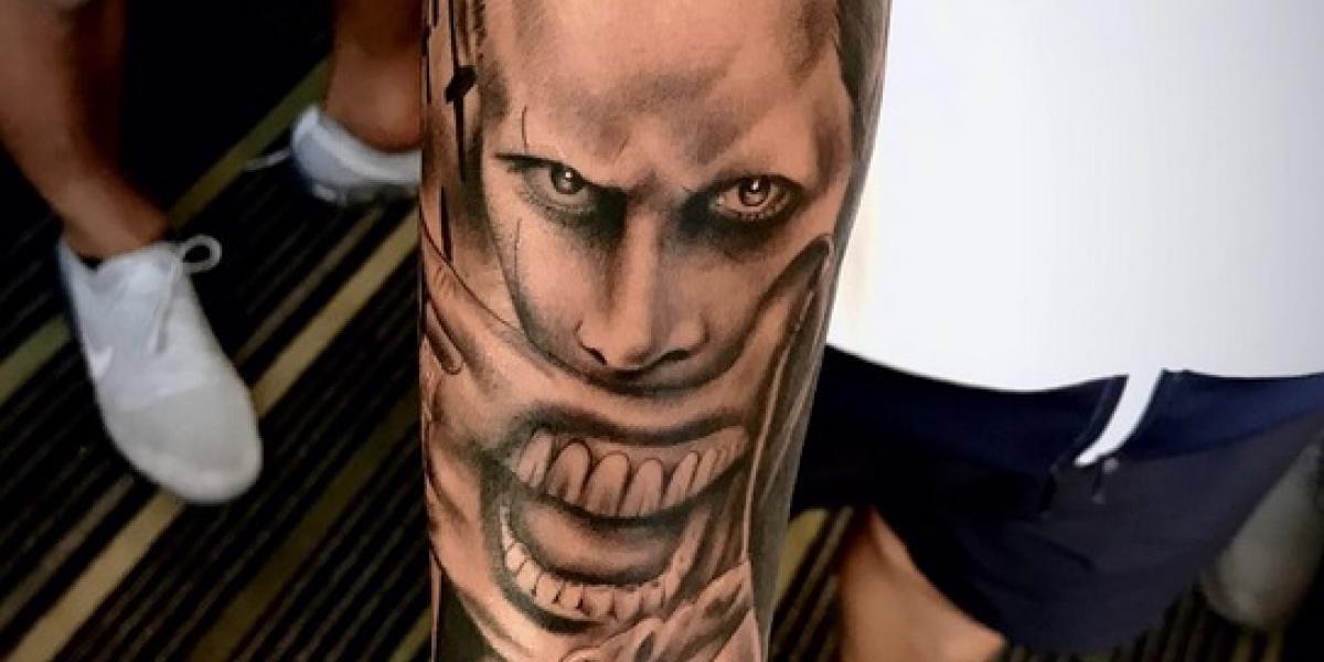 Jugador de las Chivas se tatúa al Guasón