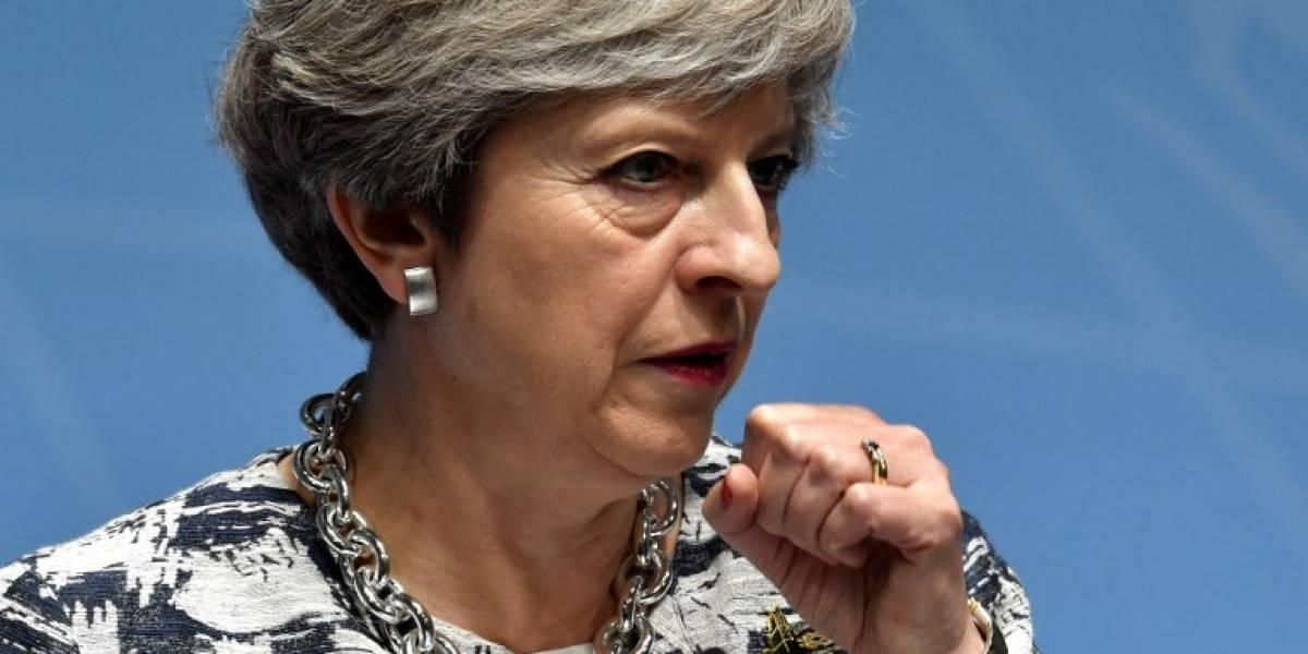 """Theresa May admite """"la realidad"""" y tiende la mano a la oposición"""