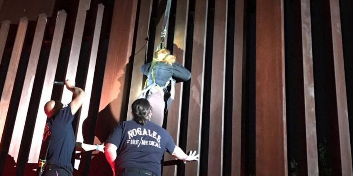 Polleros dejan a mexicana colgada de la valla fronteriza
