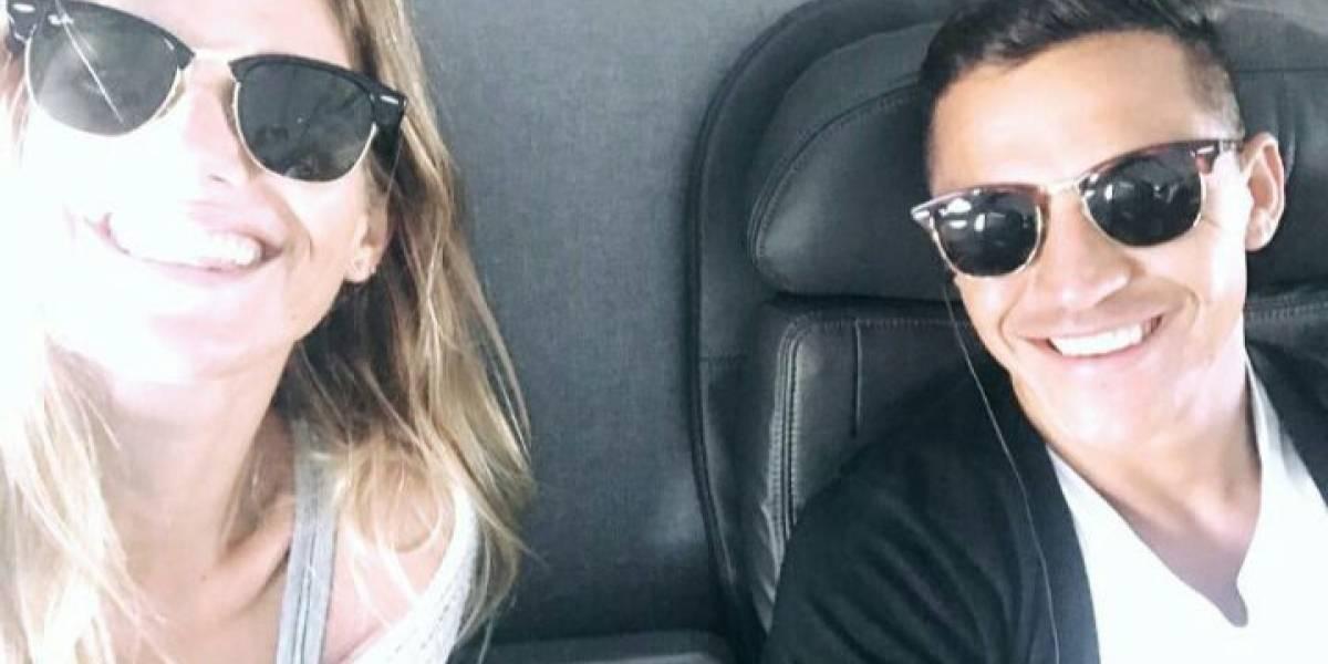 De la mano por el aeropuerto de Miami: Las primeras imágenes de Alexis y Mayte tras confirmar su relación