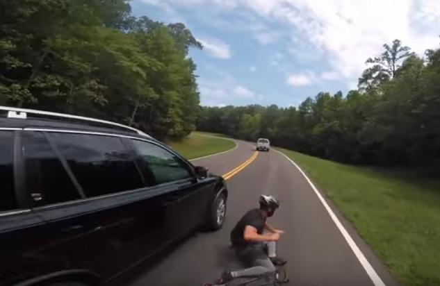 Video: así atropelló un carro a un ciclista y se dio a la fuga