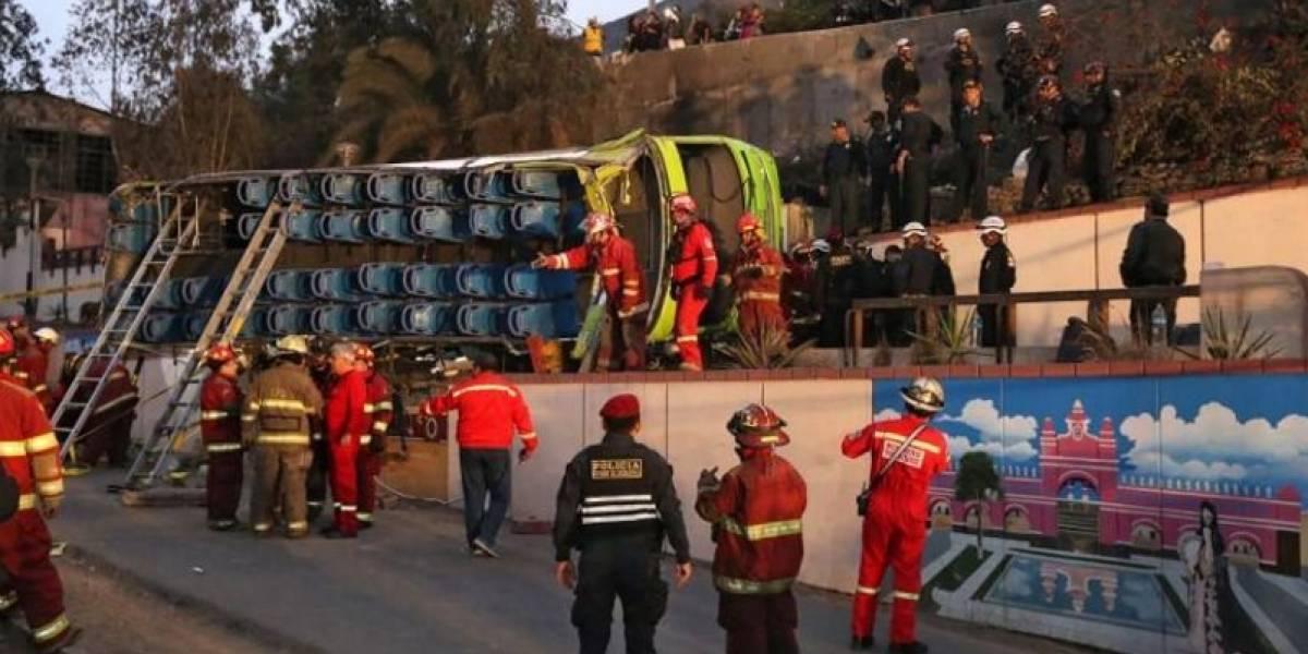 """""""Miseria humana"""": indignante video muestra a sujetos robando a víctimas fatales tras accidente de bus en Lima"""