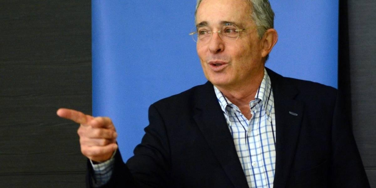 """En redes se burlan de Uribe por hablar mal de periodista que hace años tildaba de """"prestigioso"""""""