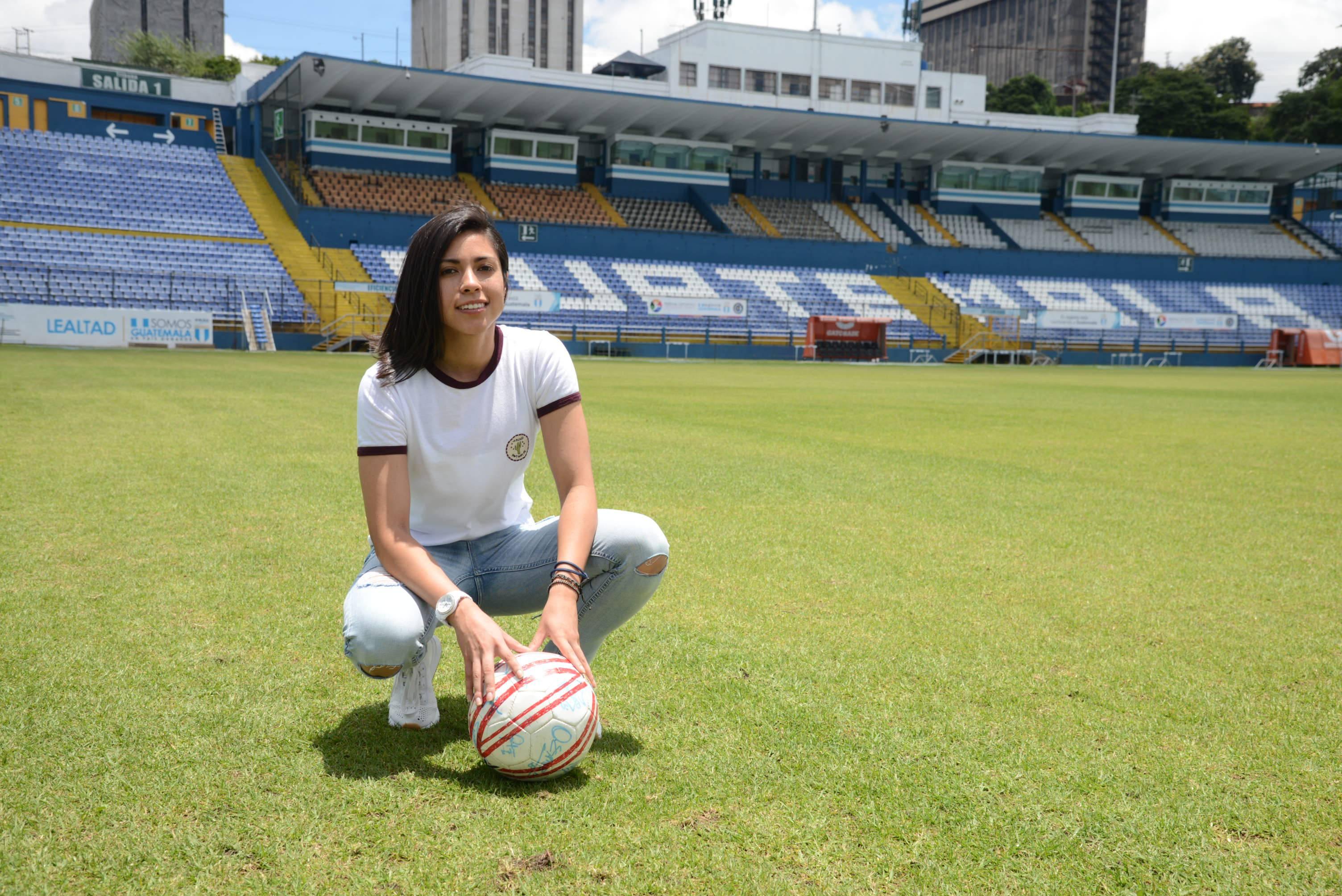 Ana Lucía Martínez visitó el estadio Doroteo Guamuch Flores