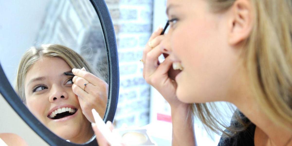 Así es como puedes transformar tu rostro con este diseño de cejas