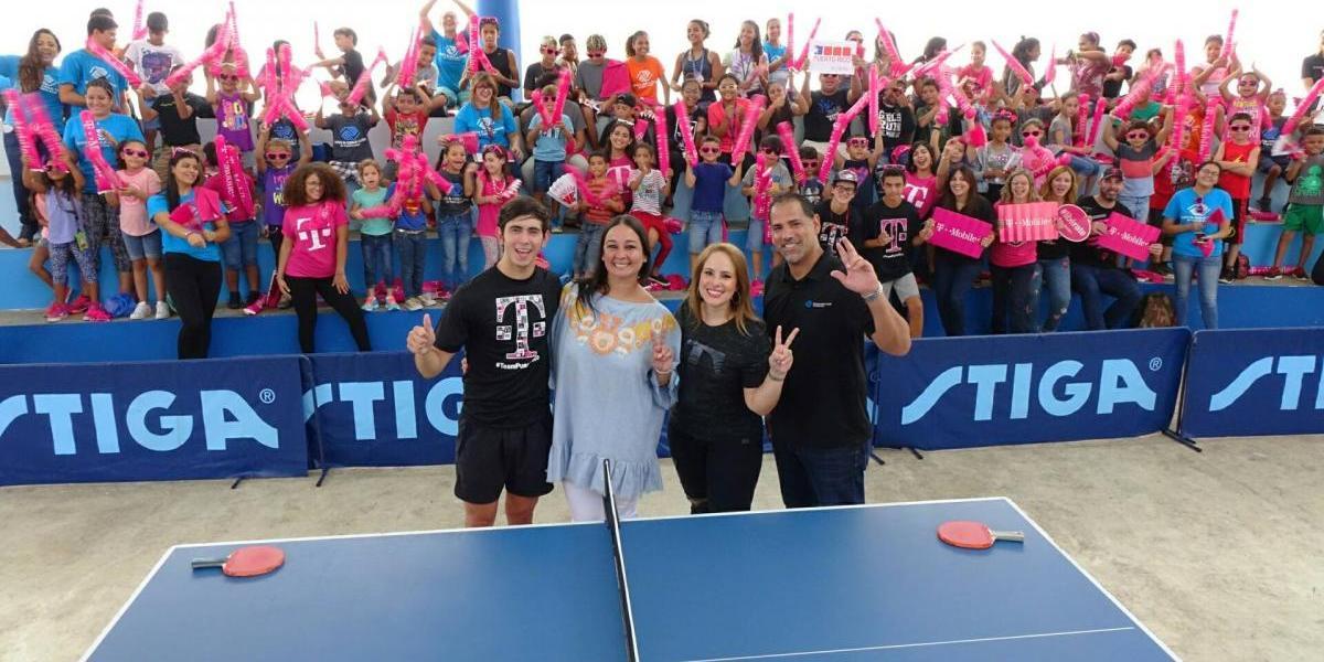 T-Mobile y Brian Afanador visitan a Boys and Girls Club