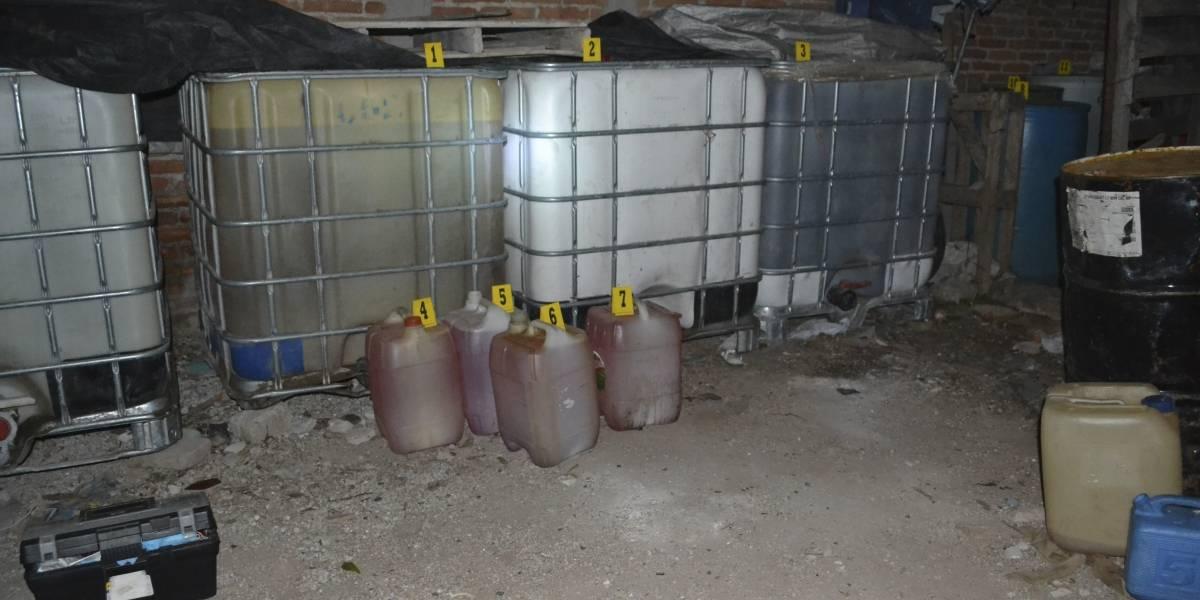 Huachicoleros venden combustible frente a policías federales