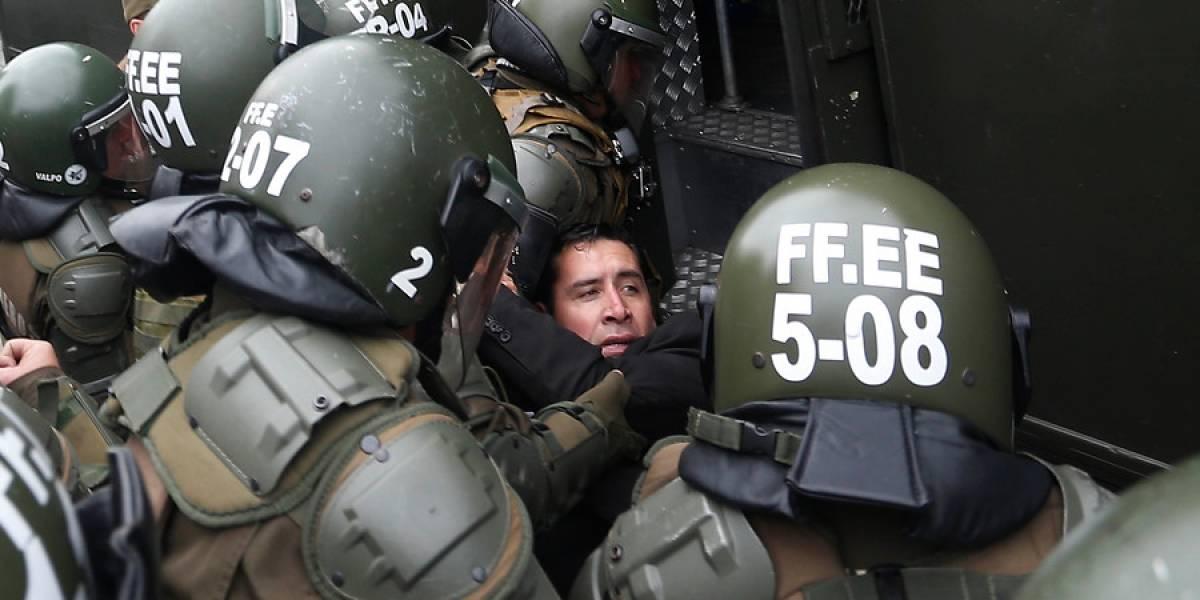 Comenzó el espectáculo del bus de la libertad al frente del Congreso: detienen al pastor Soto