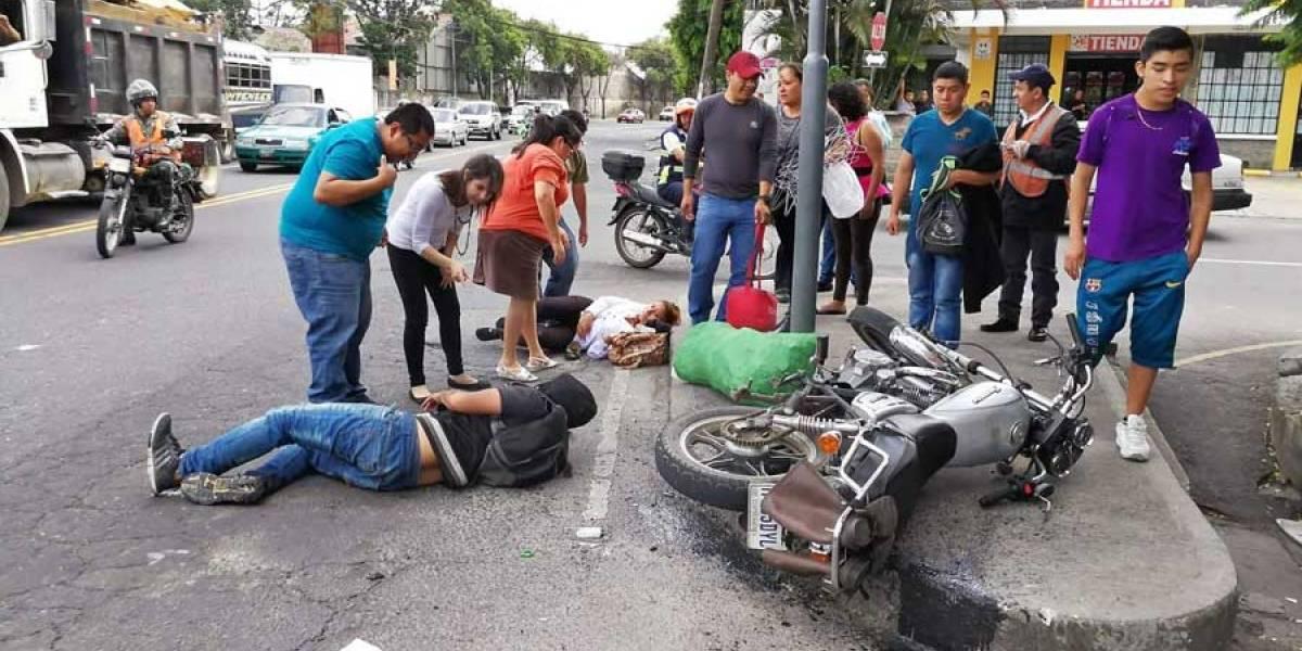 Pareja es atropellada por automóvil en avenida Hincapié