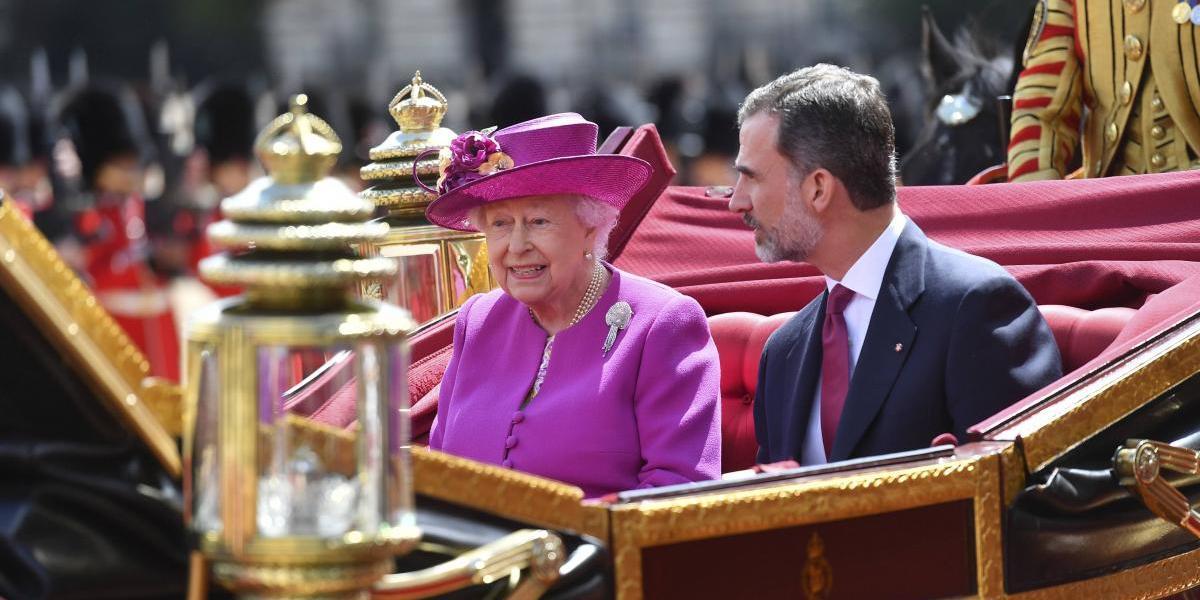 Isabel II recibe oficialmente a los Reyes de España