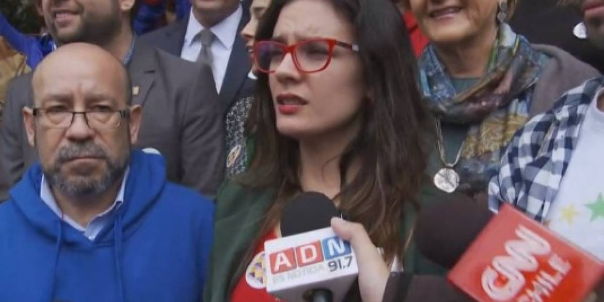 """Camila Vallejo se enfrentó al """"bus de la libertad"""" en el Congreso leyendo carta de niño gay"""