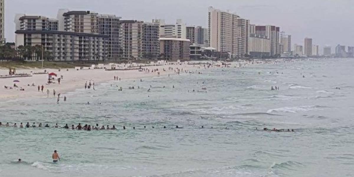Una cadena humana salva de morir ahogada a una familia en una playa de Florida