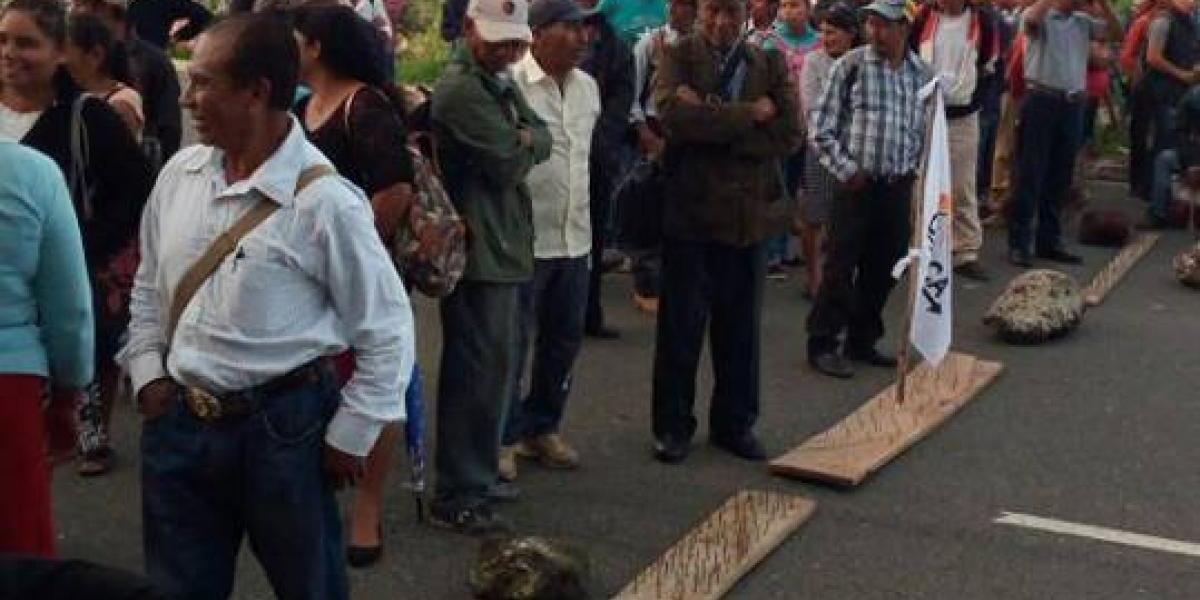 Manifestantes usan tablas con clavos para bloquear carreteras