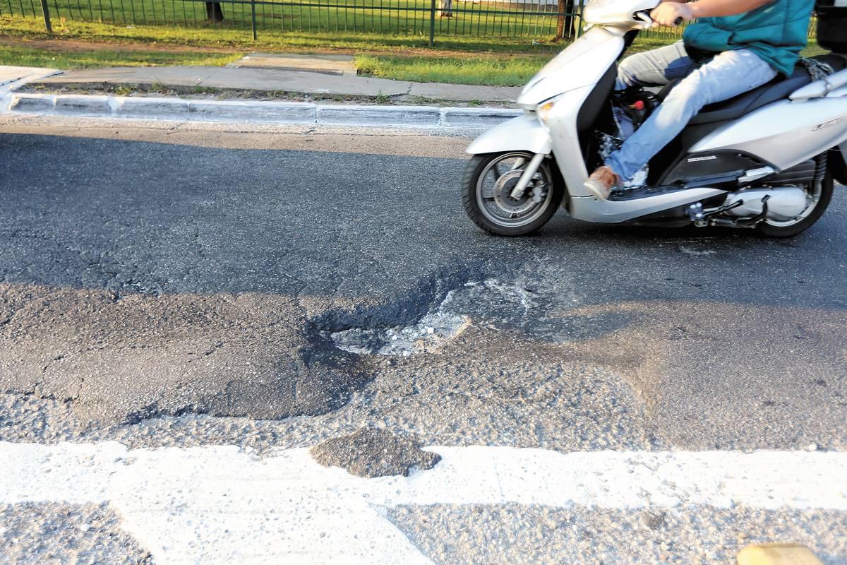 Pista fica estreitada por buraco na praça Ibrahim Nobre | André Porto/Metro