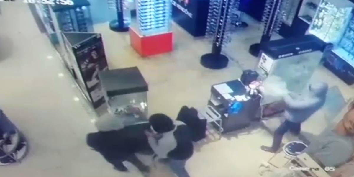 Carabinero de civil frustra a balazos asalto en mall capitalino