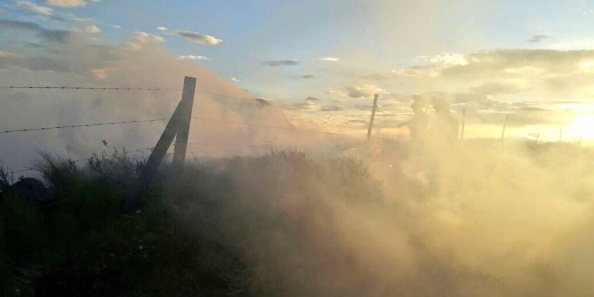 Autoridades recomiendan limitar actividades al aire libre por incendio en el cerro Atacazo