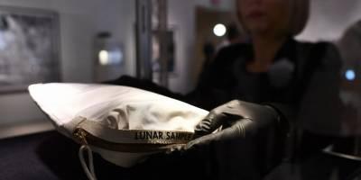 Bolsa de Neil Armstrong con polvo lunar