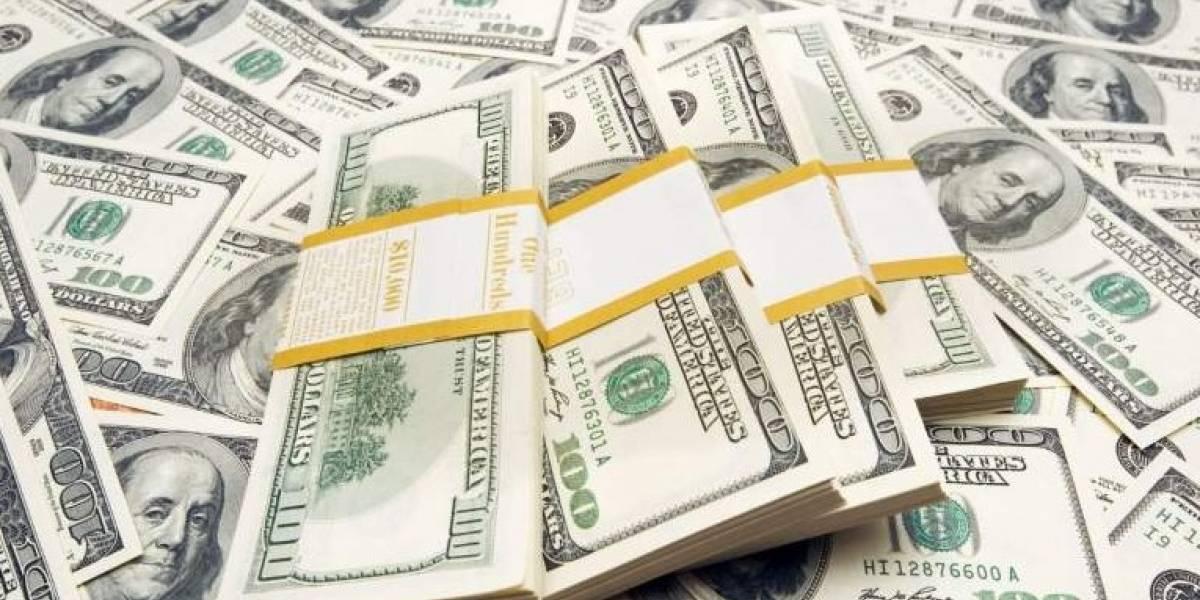 Dólar toca un mínimo de 17.66 pesos en bancos