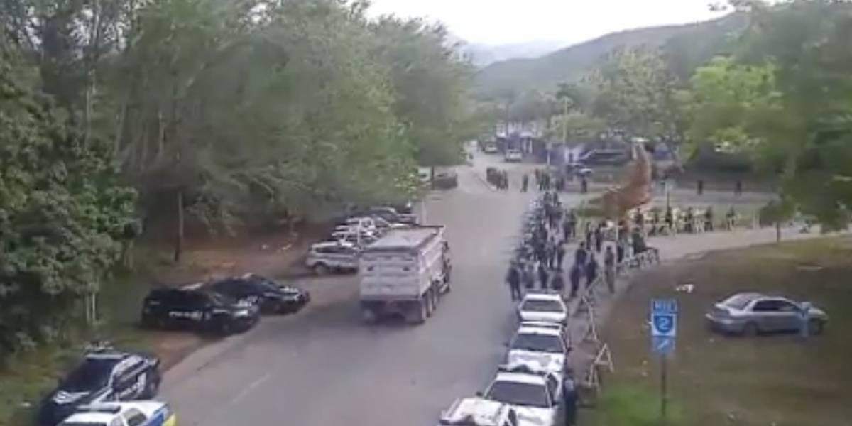 Enfrentados la Policía y manifestantes ante llegada nuevos camiones a Peñuelas