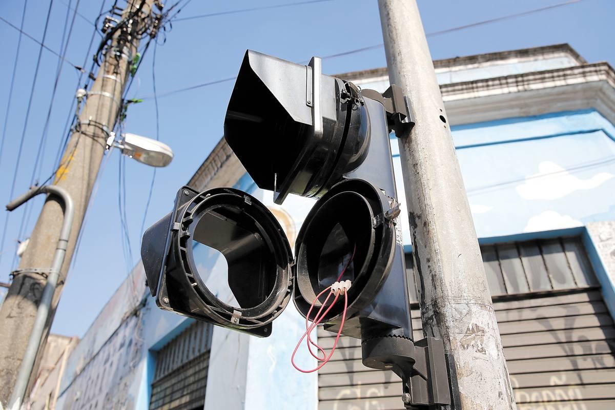 Mecanismo de semáforo de pedestres foi arrancado na alameda Glete | André Porto/Metro
