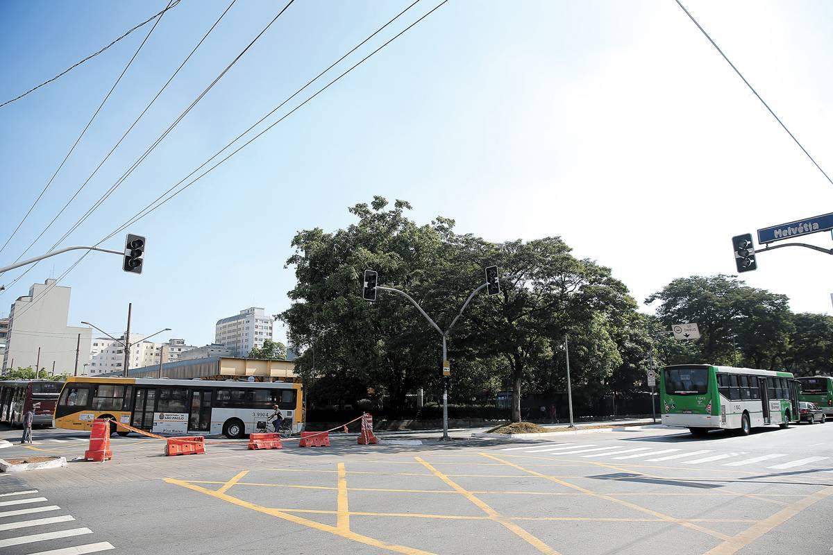 Cones fecham cruzamento na av. Rio Branco com farol apagado | André Porto/Metro