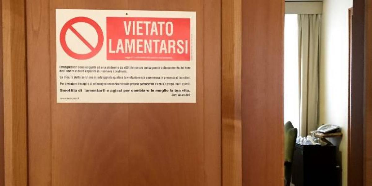 """""""Prohibido quejarse"""": el divertido aviso que el Papa colgó en la puerta de su pieza"""
