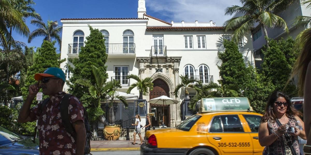 Encuentran 2 hombres muertos en antigua mansión de Versace