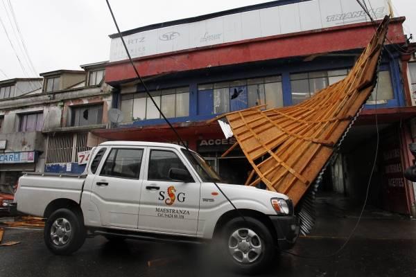 Techumbre cayo producto del fuerte viento y lluvia en Concepcion.