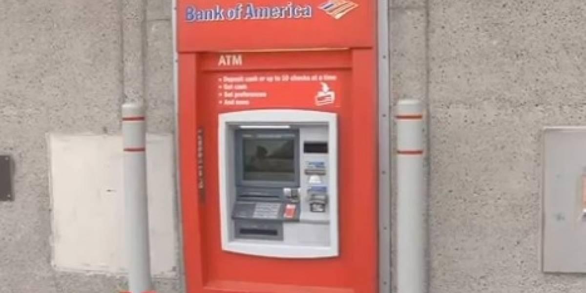 La hilarante recreación del caso del hombre atrapado en un cajero automático que salió gracias a un papel