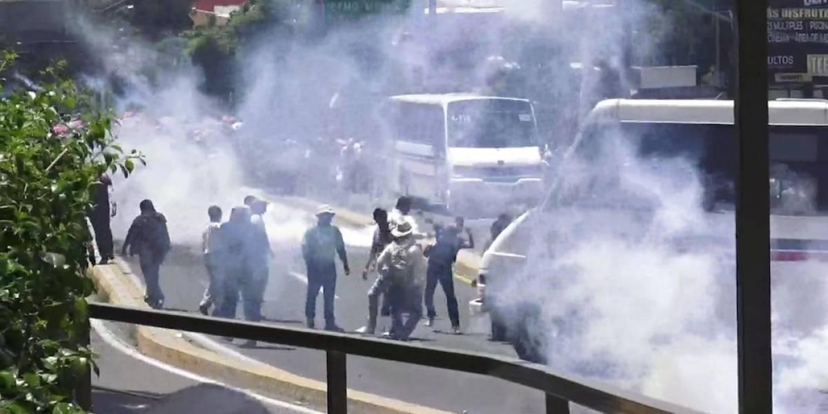 Policías frenan marcha de la CNTE con gas lacrimógeno en Oaxaca