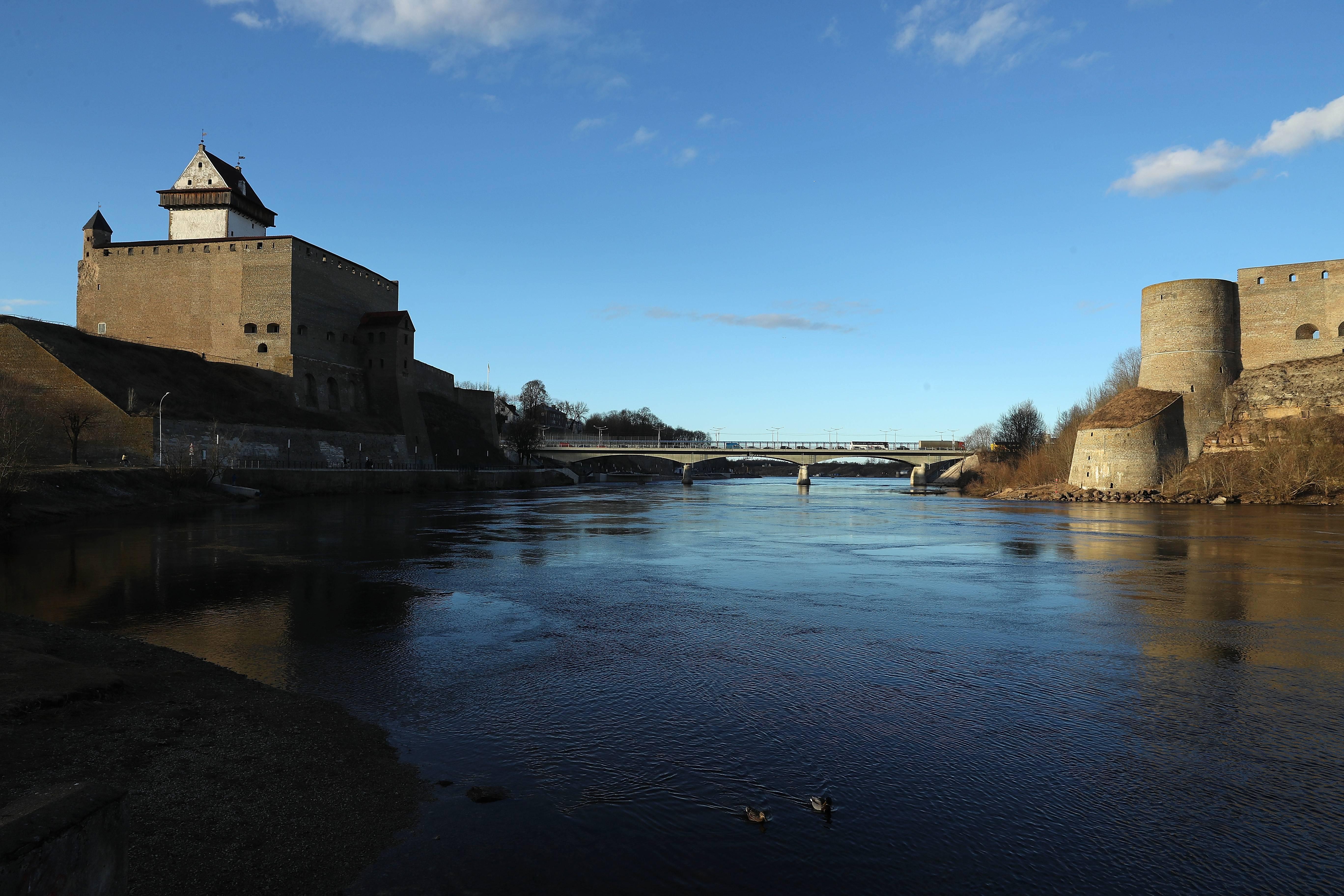 El río Narva, frontera natural entre Estonia (izquierda) y Rusia. Las fortalezas de ambos países se miran.