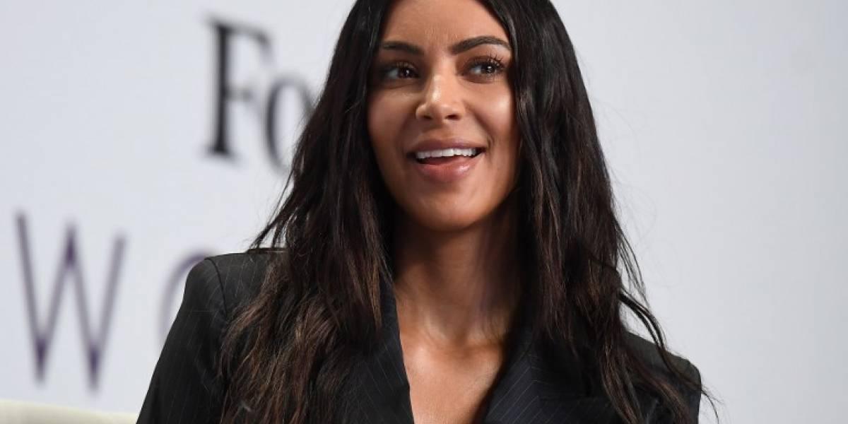 """Kim Kardashian sorprende con un traje de """"plástico"""" transparente"""
