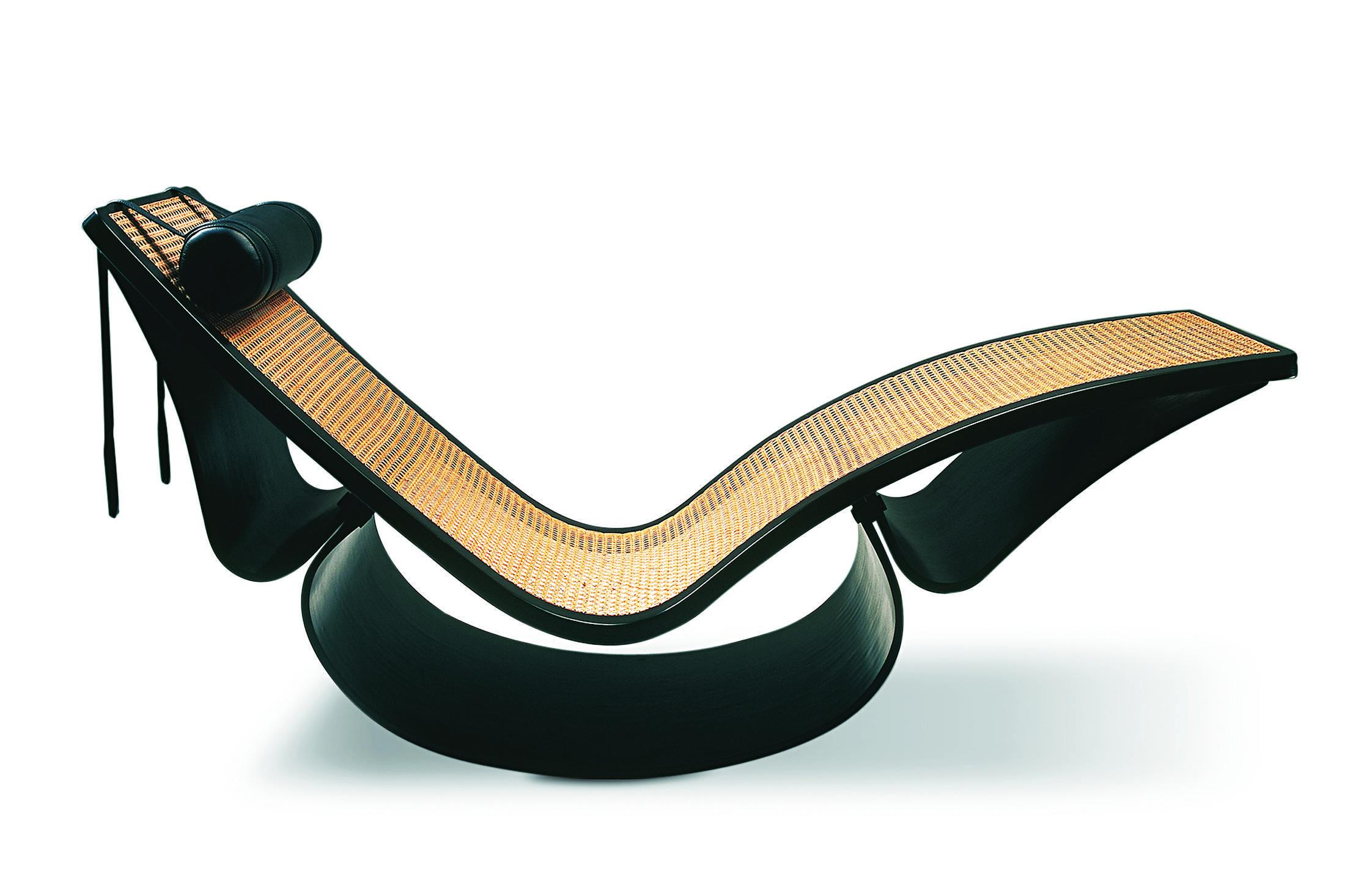 Peça ícone, a Cadeira de Balanço mescla madeira laminada curvada à palha natural. Criado em 1977, móvel conta, ainda, com apoios reduzidos que trazem mais leveza à peça | Divulgação