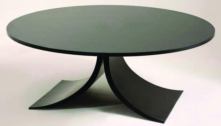 Estruturada em madeira laqueada preta, a mesa 'Redonda' apresenta desenho curvilíneo em sua base | Divulgação