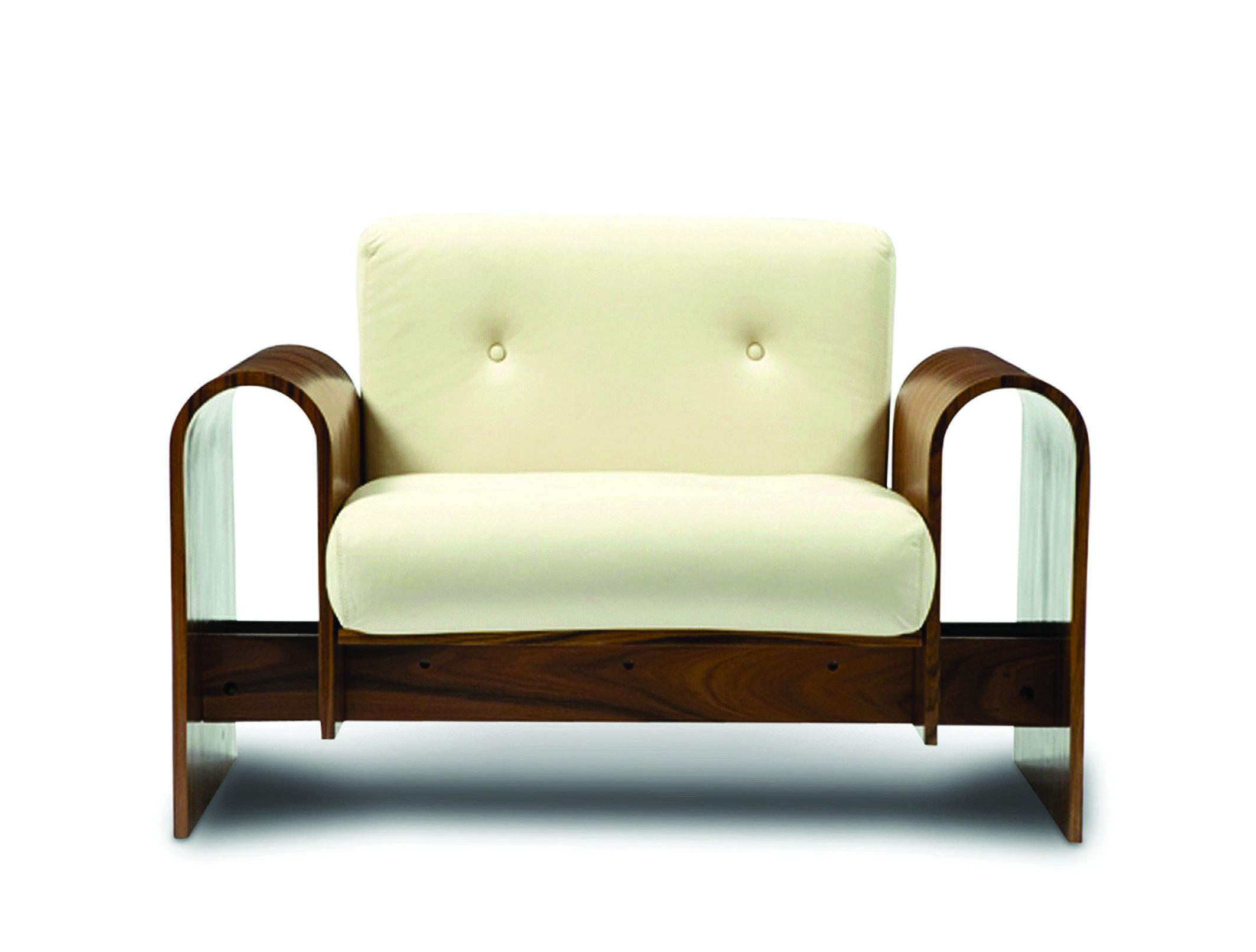 Em madeira laminada, a Poltrona On leva estofado em couro natural e tem como característica um importante traço mantido pelo arquiteto: as curvas | Divulgação
