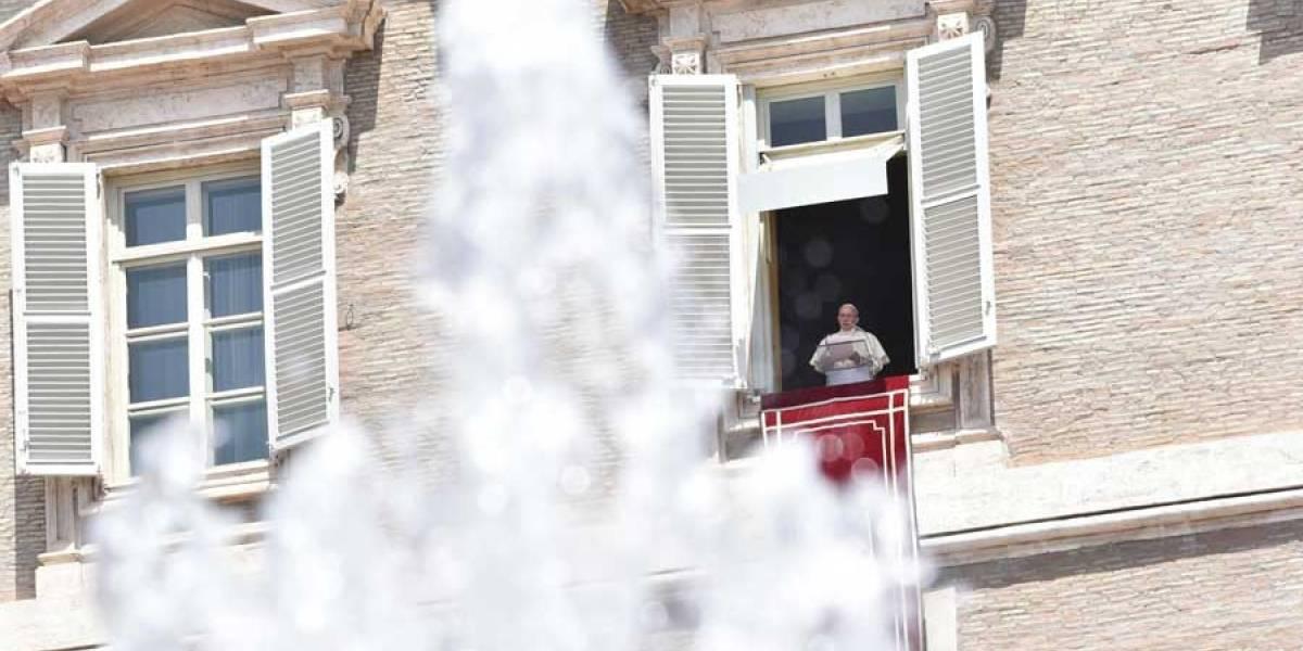 """FOTO. El papa Francisco coloca letrero en puerta de """"Prohibido lamentarse"""""""