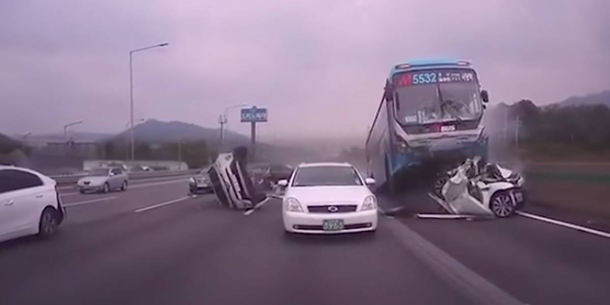 "¡Impactante! Bus protagoniza ""cinematográfico"" accidente en carretera"