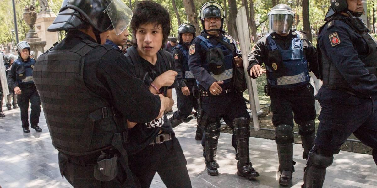 Policías desalojan a miembros de la Legión Holk que pretendían entrar al Zócalo