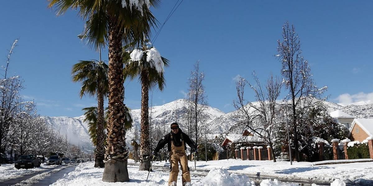 Con esquís y monos de nieve: así disfrutaron en San Carlos de Apoquindo la nevazón