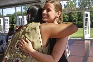 Mujer convierte su boda en festín para personas sin hogar