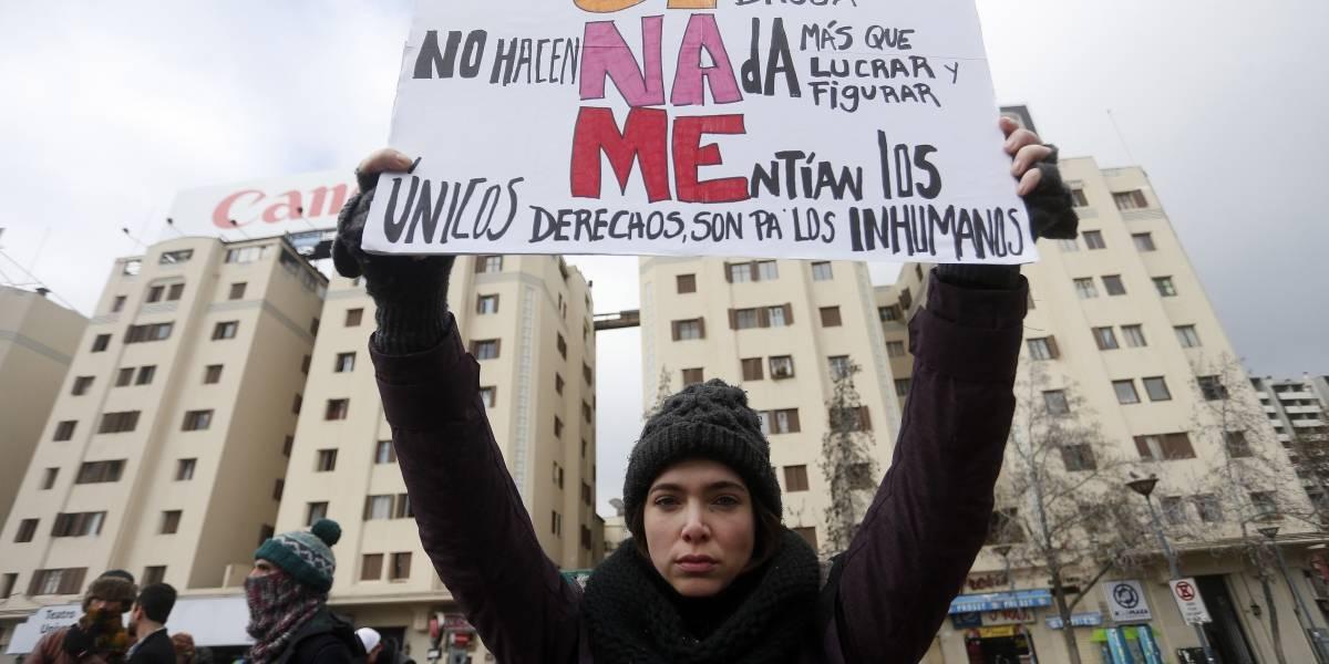 Padres y niños protestan contra Sename en Plaza Italia