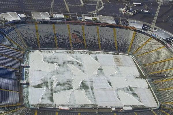 Pese al uso de una carpeta sobre el césped, la cancha del Monumental no quedó en buenas condiciones tras la nevazón / Agencia UNO