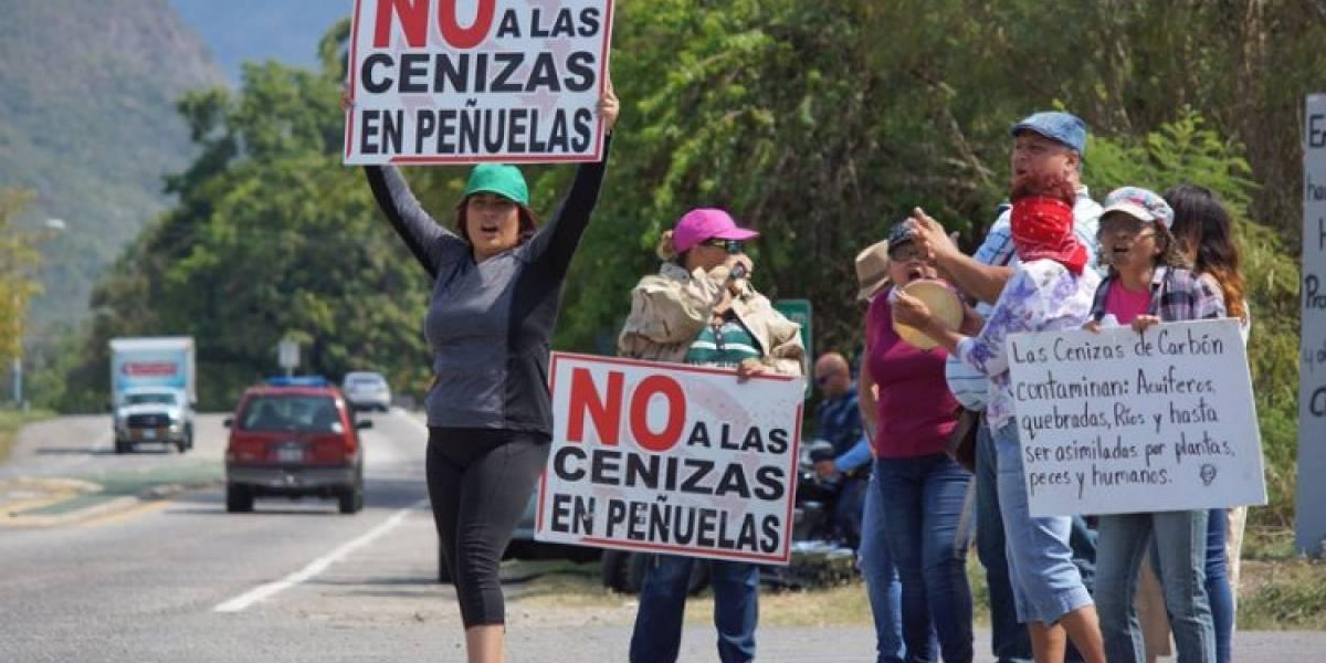 Residentes de Peñuelas denuncian que Ecosystems contamina caminos y quebradas