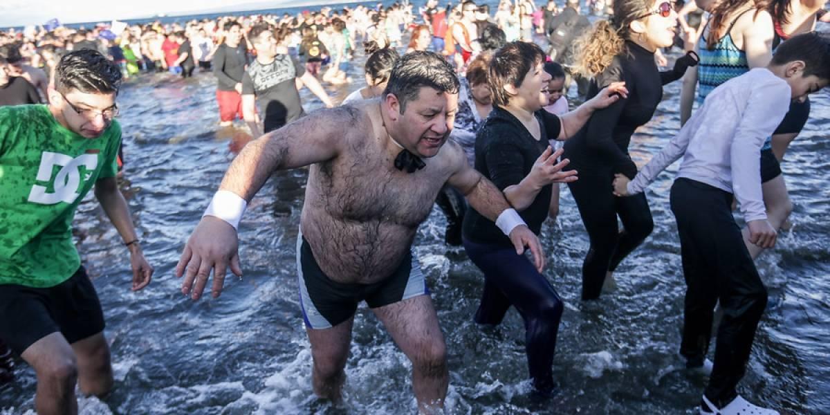 """Punta Arenas: más de dos mil valientes se lanzaron a las gélidas aguas en el tradicional """"Chapuzón del Estrecho"""""""