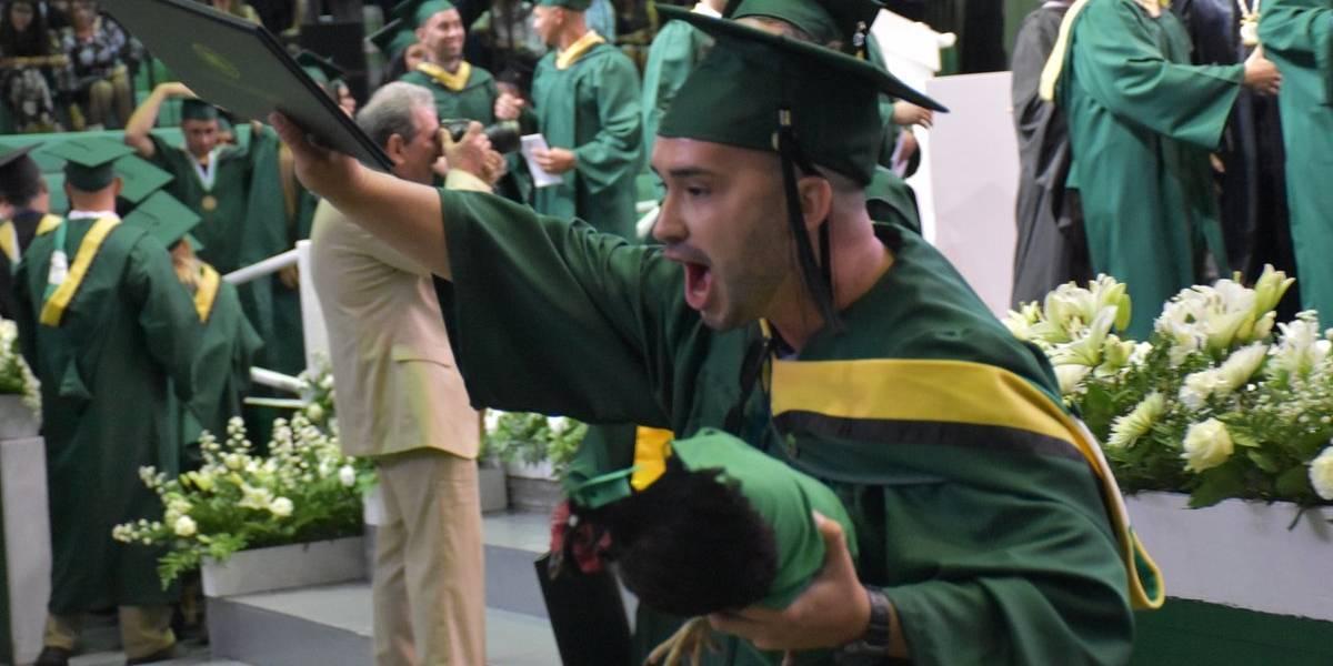 Estudiante del RUM se gradúa con una gallina
