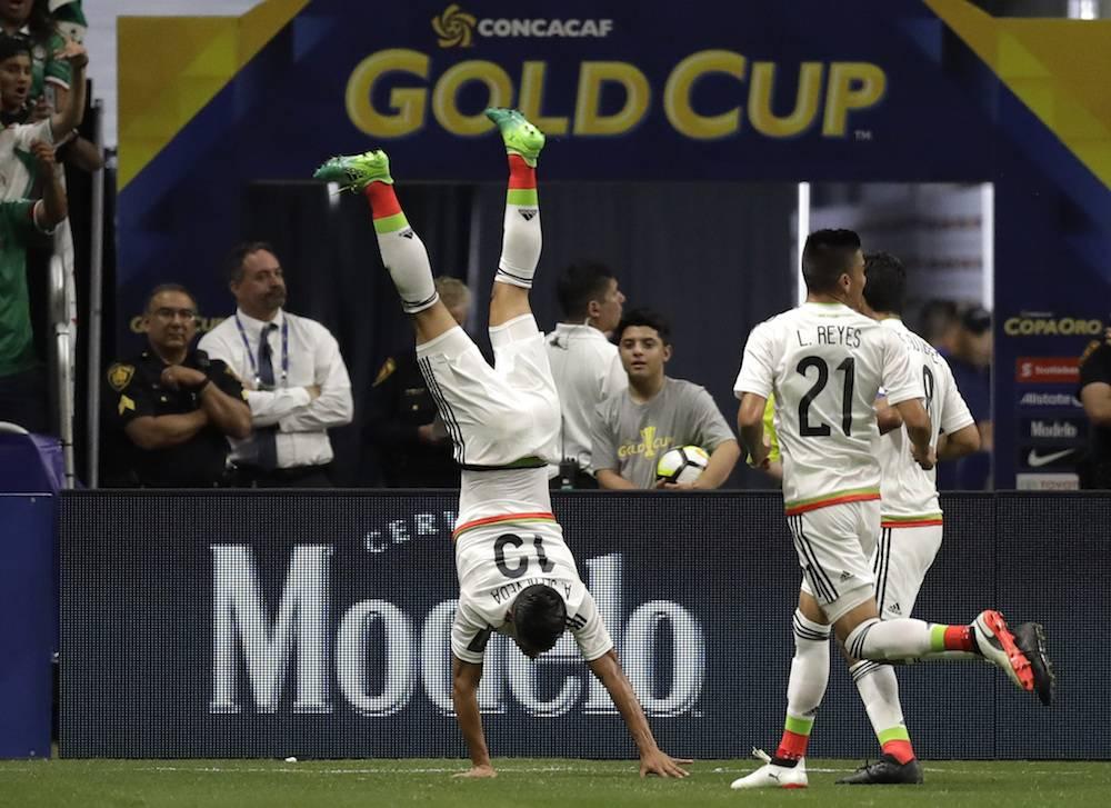 Sepúlveda anotó y celebró dando volteretas. / AP
