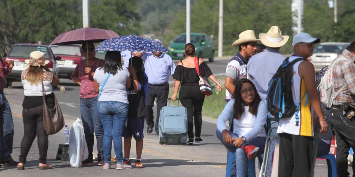 Por segundo día, CNTE bloquea terminal de autobuses y aeropuerto de Oaxaca